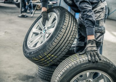 Mitarbeiter sortiert die Reifen