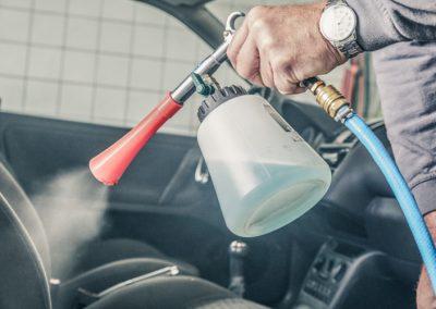 Fahrzeuginnenraum wird mit Wasserdampf gereinigt