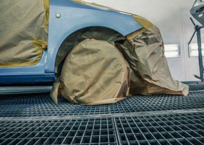 Ein vorbereitetes Auto wartet auf die Lackiererei