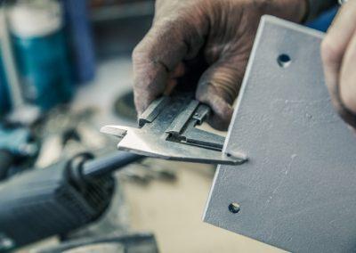 Die Dicke einer Metallplatte wird gemessen